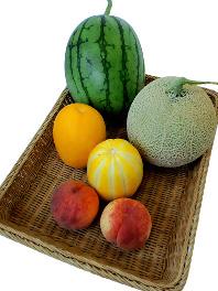 地元福井産の、季節の果物も豊富に取り揃えております