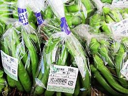 取れた野菜は袋詰めされてお店に並びます。生産者の名前もついて安心です